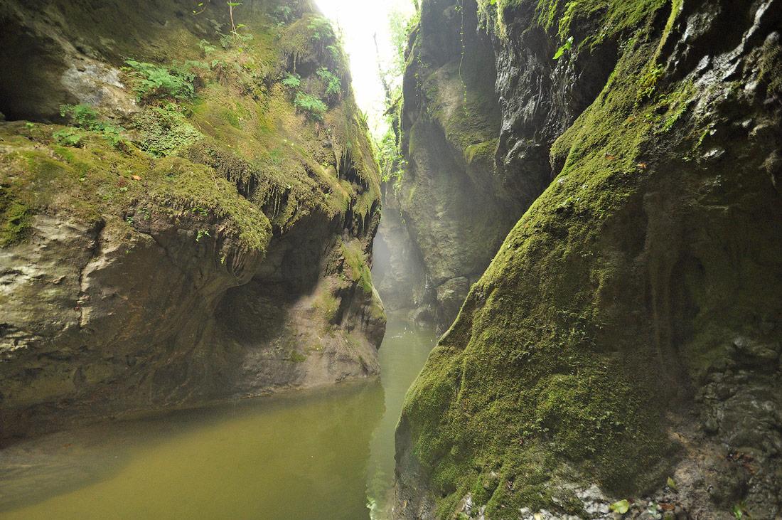 водопад в ущелье три котла Новый Афон