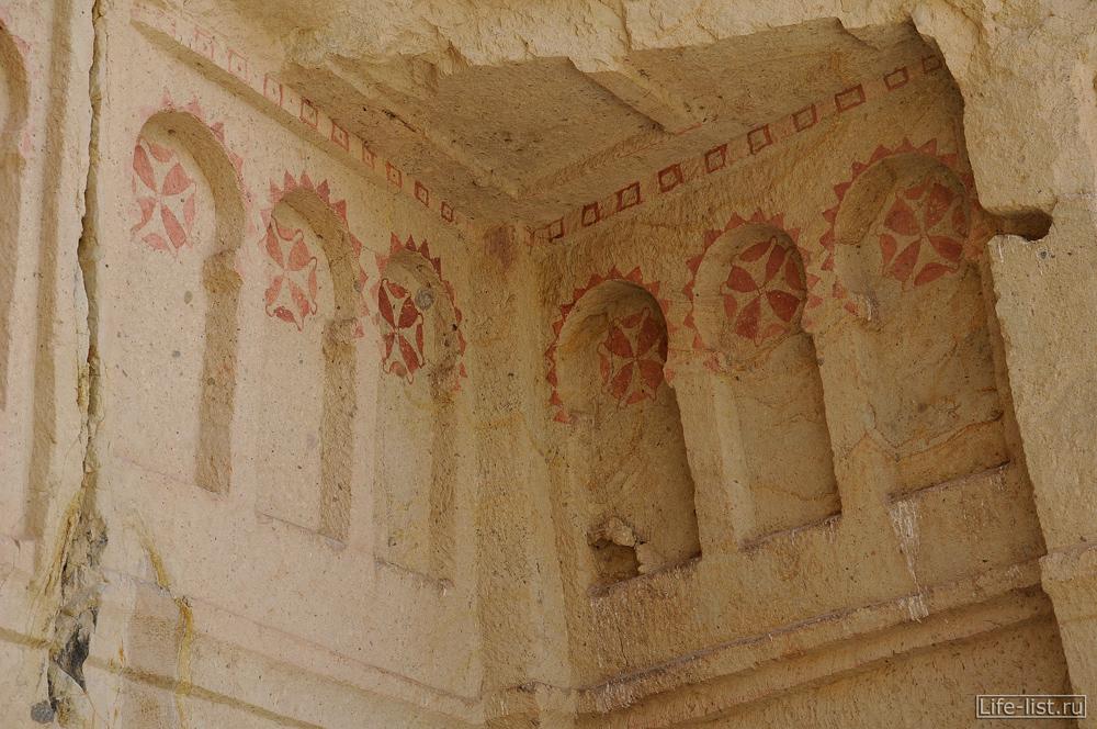 Рисунки на скалах в Каппадокии Турция