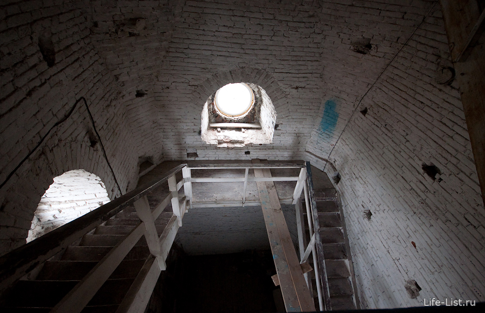 узкие лестницы подъем на колокольню