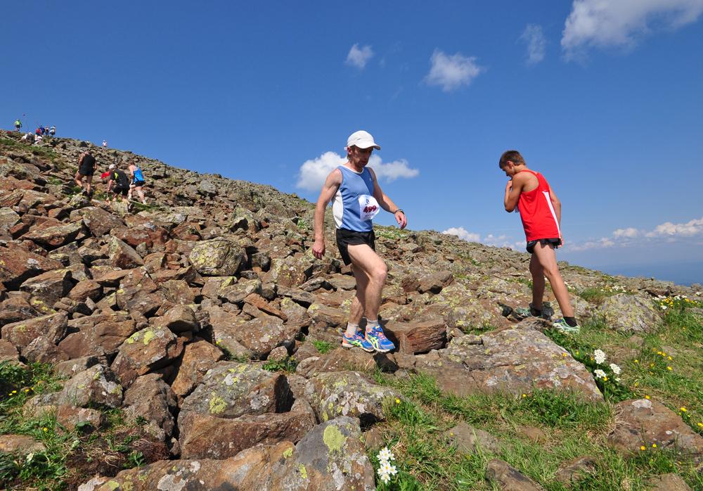 бегуны марафонцы на горе конжак