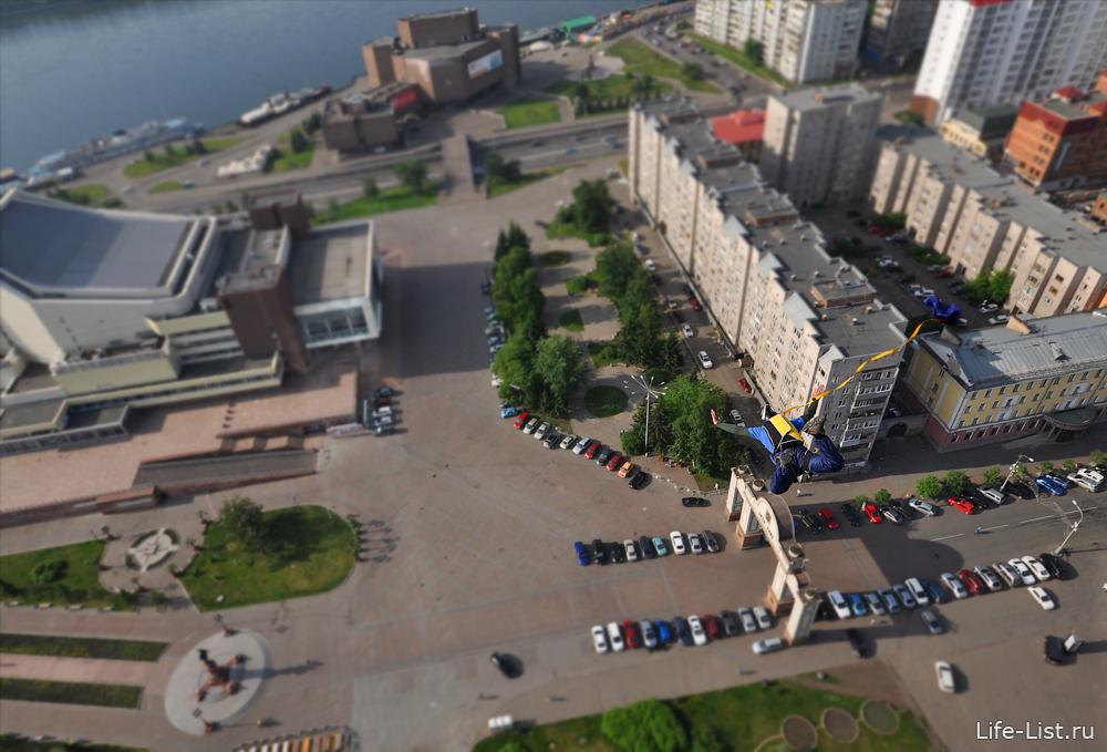 приземление парашютиста на площадь Мира Красноярск фото Виталий Караван