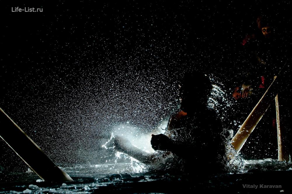 Купания в Крещение ночью в купели фото Vitaly Karavan