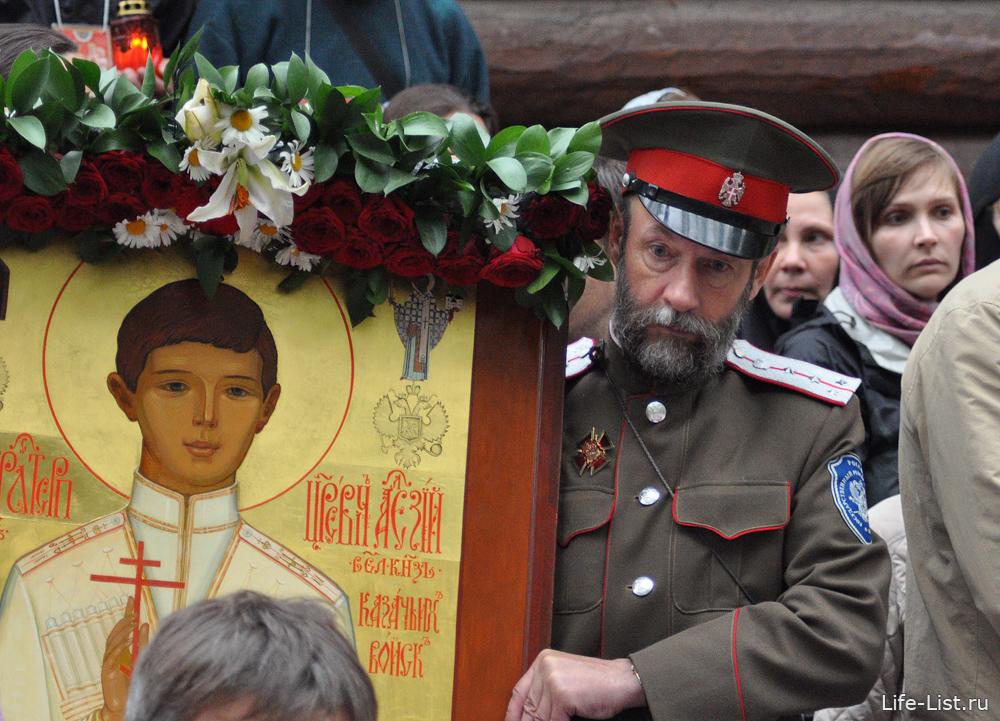 казак держит икону на службе Ганина яма