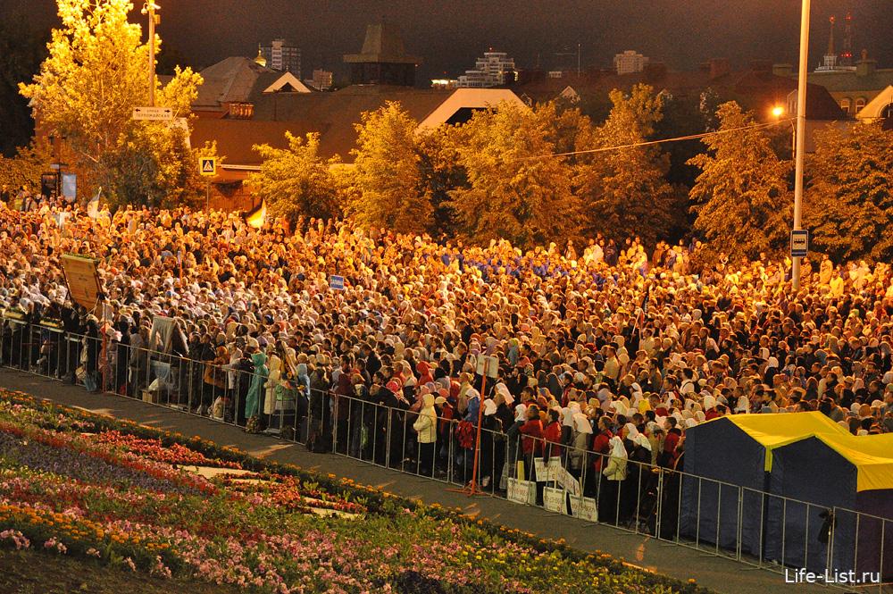 толпа людей на службе у храма на Крови Екатеринбург