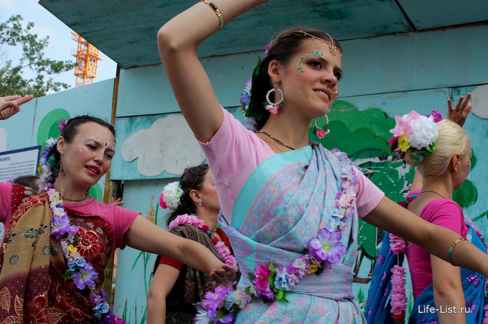 кришнаиты женщины танцуют на улице