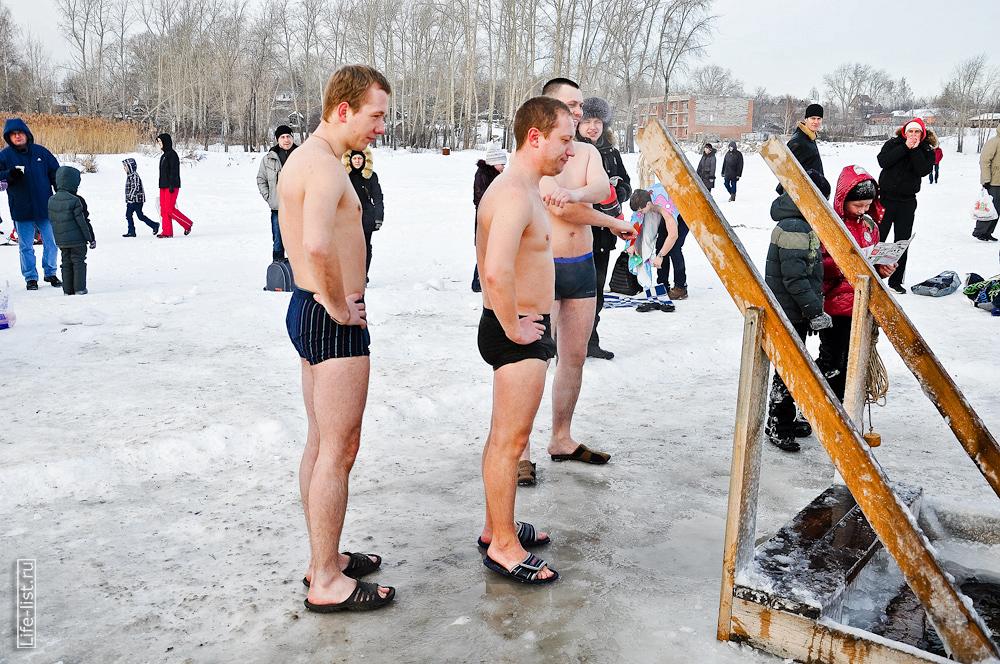 Ожидают очередь в прорубь озеро Шарташ 2013