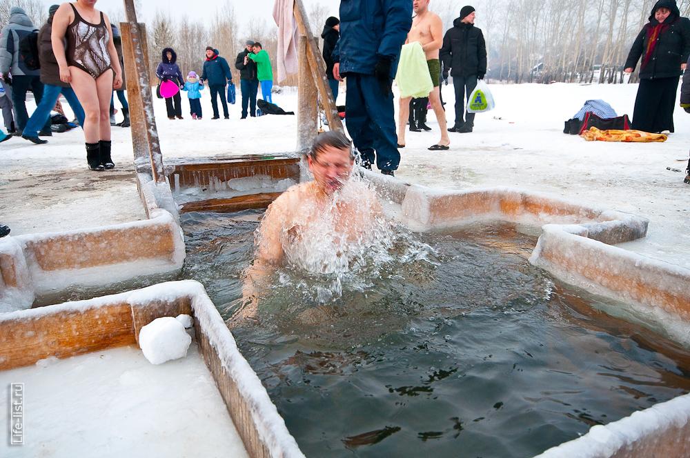 Виталий Караван купается в проруби Крещенские купания