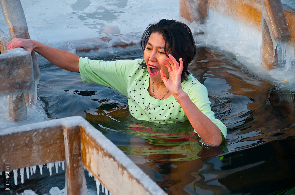 Женщина в проруби купания в Екатеринбурге