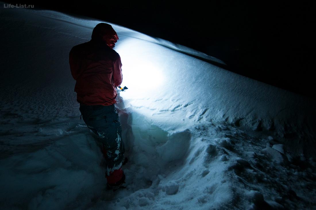 строительство снежной пещеры для ночевки в горах