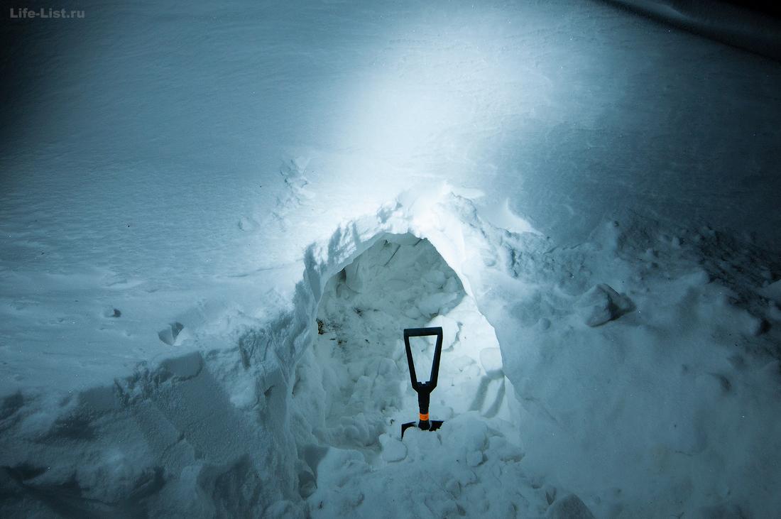 строительство снежной пещеры для ночевки в горах в походе