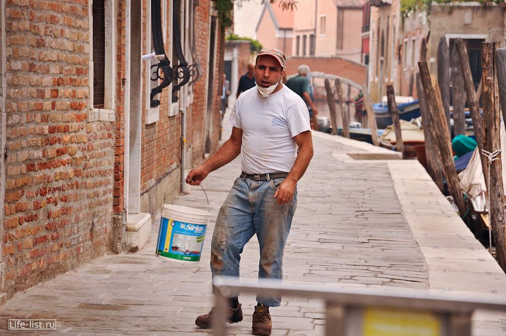 Рабочий на улице в Венеции