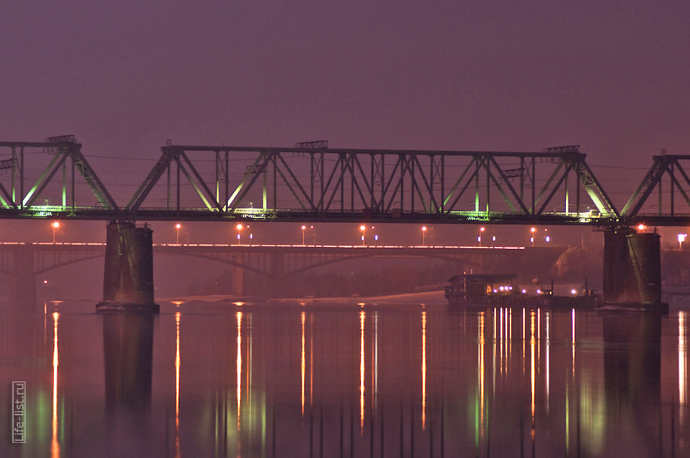Железнодорожный мост вечером на реке Обь