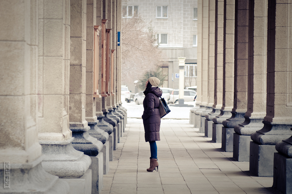 у театра оперы и балета Новосибирск