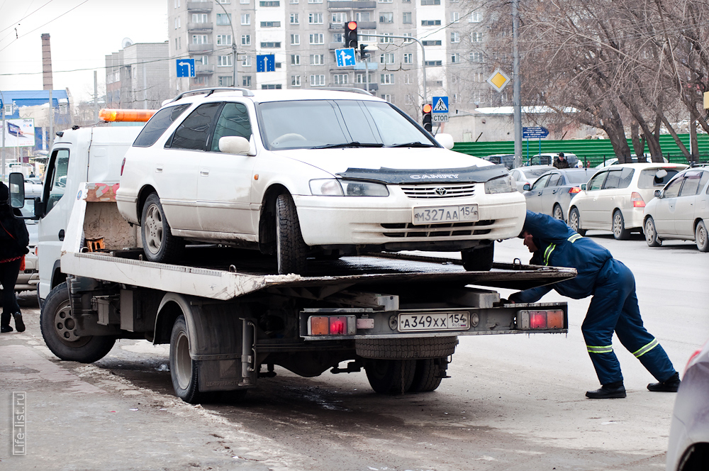 ДПС увозит автомобиль на штрафстоянку фото Новосибирск