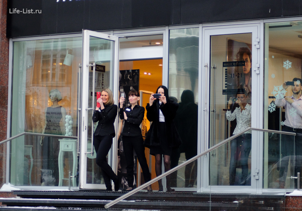 девушки из магазина встречают олимпийский факел сочи 2014