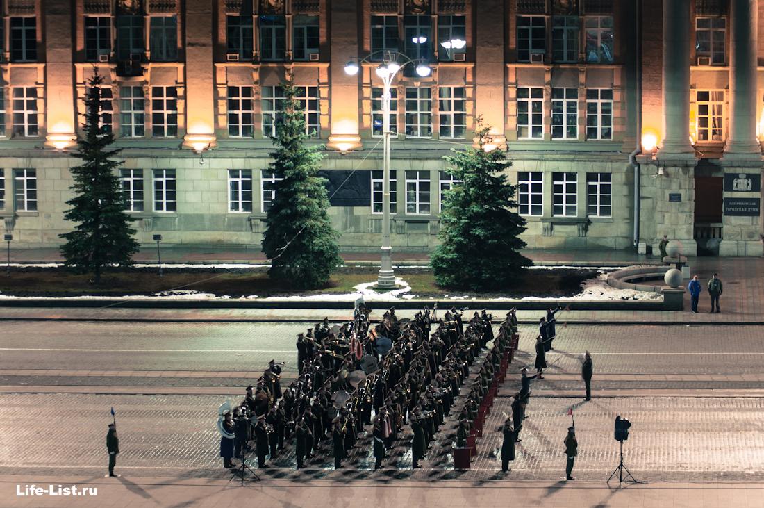 Военный оркестр на ночной репетиции парада