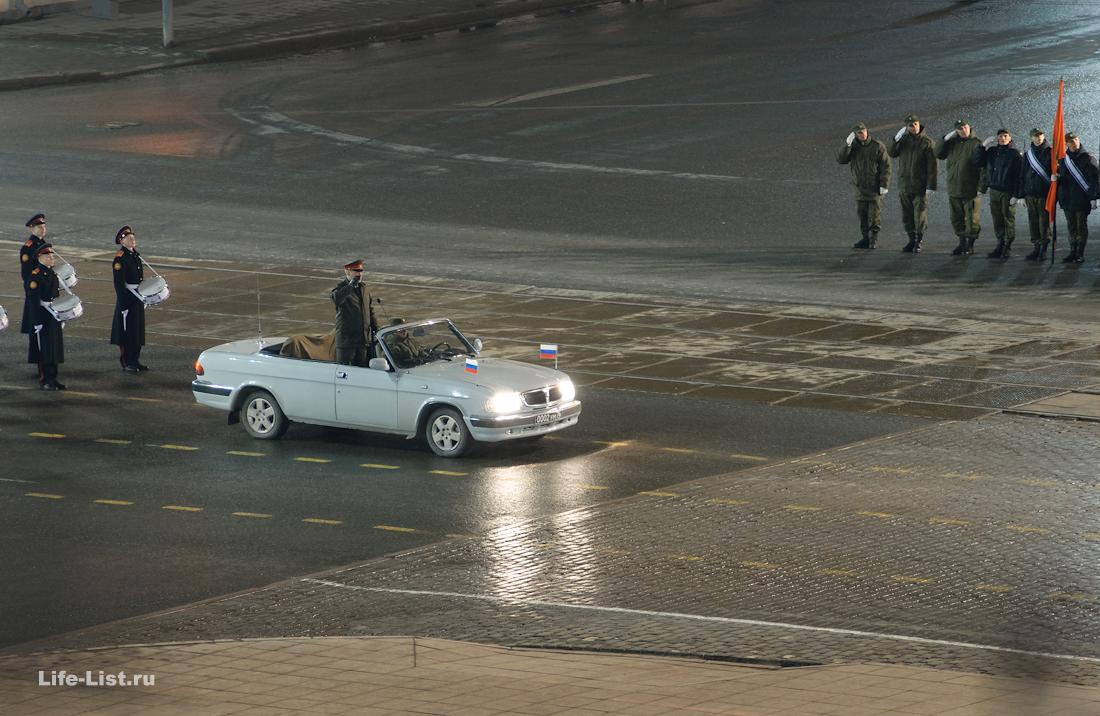 Верховнокомандующий на автомобиле ночная репетиция парада в Екатеринбурге