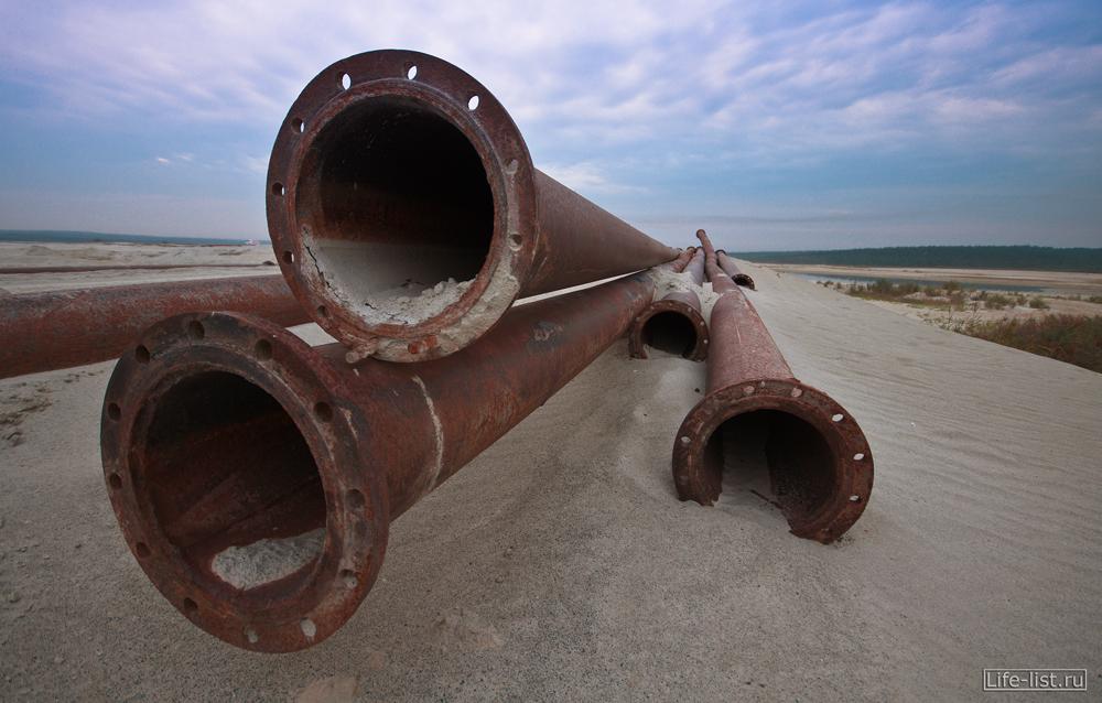 трубы в березовских песках для откачки песка с водой