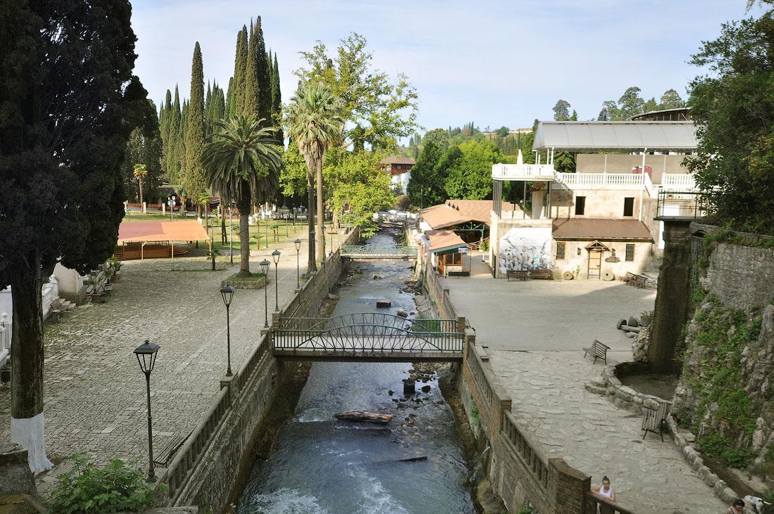 река Пцырцха и пешеходные мосты