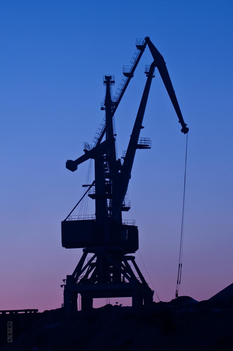 силуэт портового крана на реке Обь фото Виталий Караван