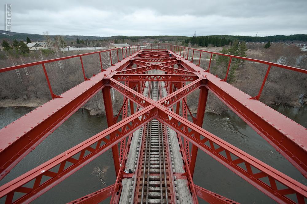красный жд мост около Екатеринбурга