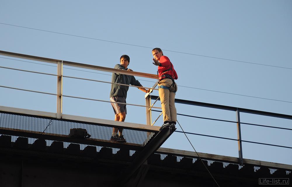 Прыжок с моста спиной роупджампинг