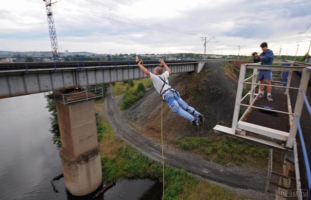 прыжок с моста полет в воздухе роупджампинг