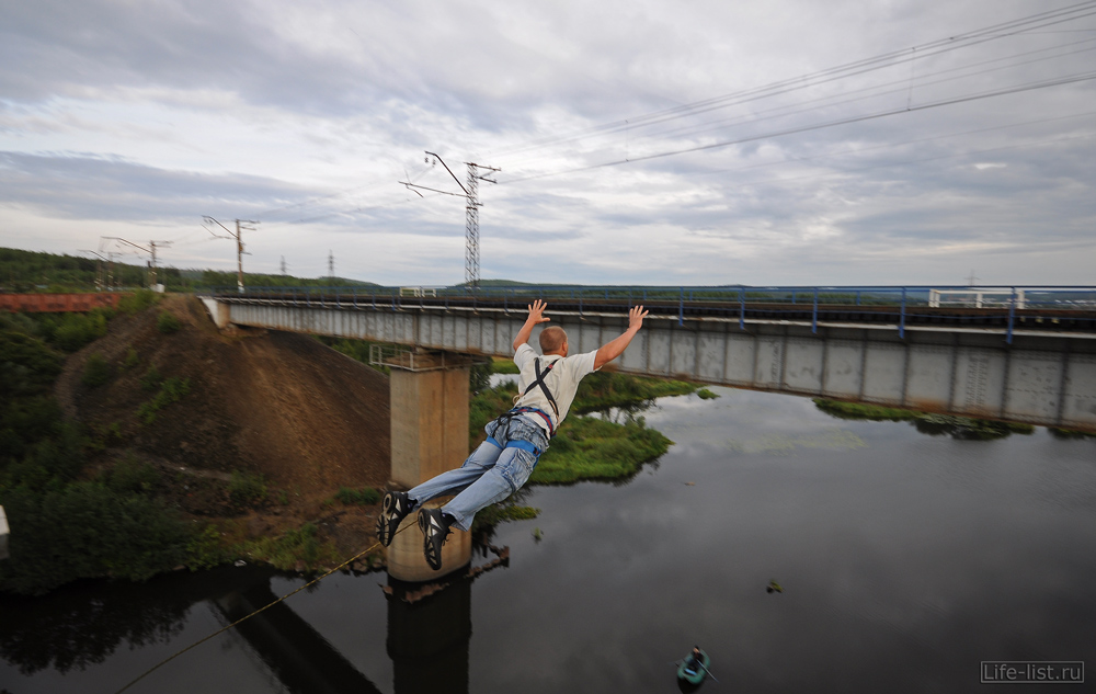 свободный полет с моста роупджампинг
