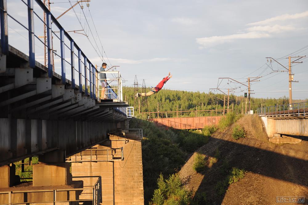 Караван прыгает с моста на веревке роупджампинг