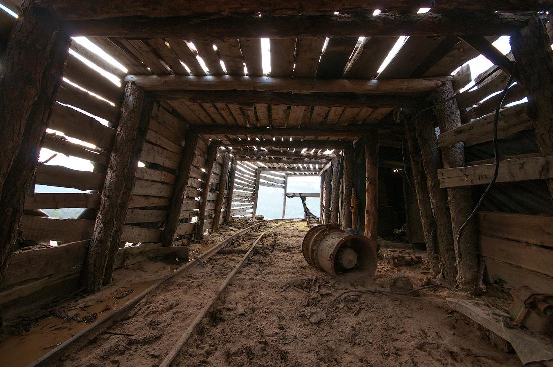 Штольня рудника Месторождение кварца заброшенное Приполярный Урал