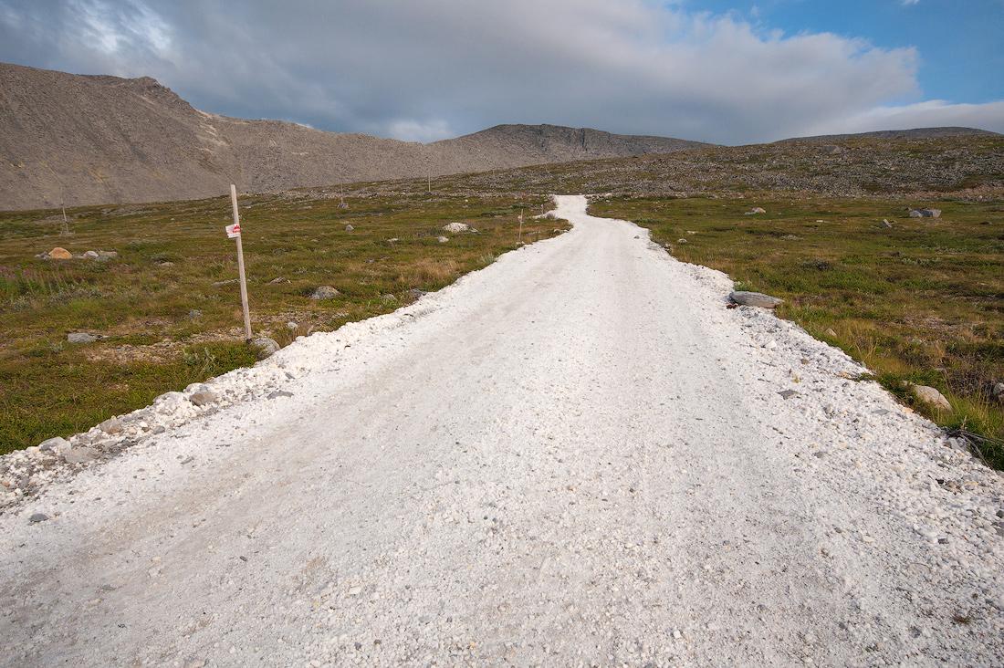 Дорога усыпанная кварцем на гору Баркова от базы Желанная национальный парк Югыд Ва