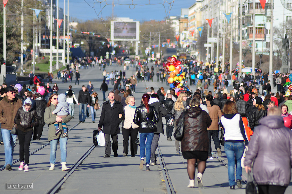 люди 9 мая на улице Ленина Екатеринбург