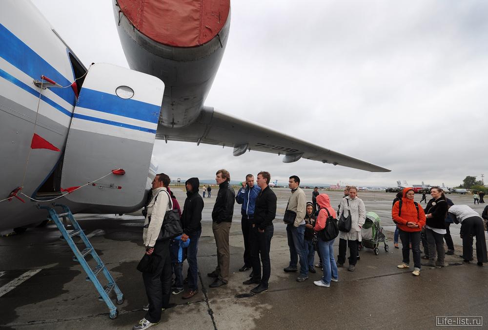 Очередь на выставке самолетов в Кольцово день города