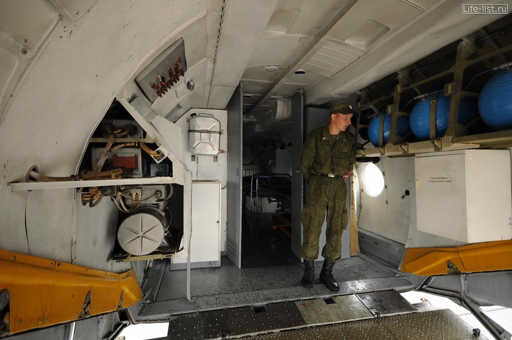 внутри ан-26м военно-транспортный самолет