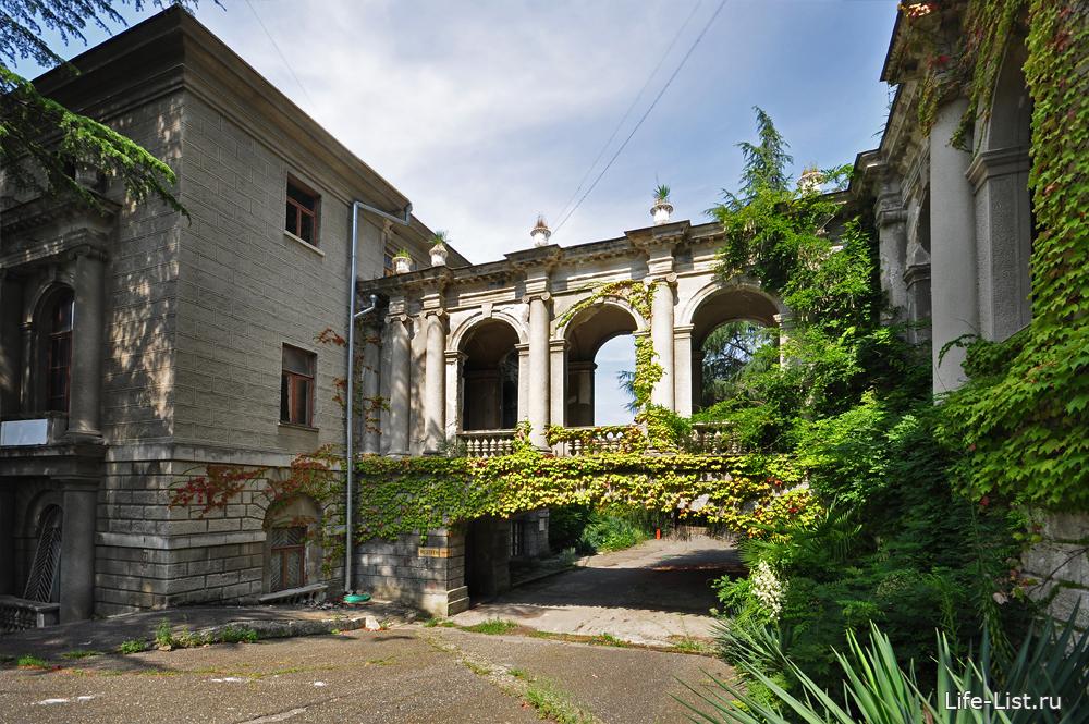 зеленые балкончики санаторий Орджоникидзе в Сочи