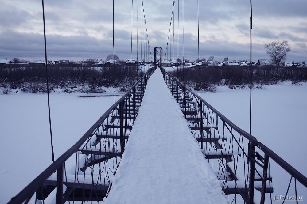 Пешеходный мост зимой в Махнево Свердловской области
