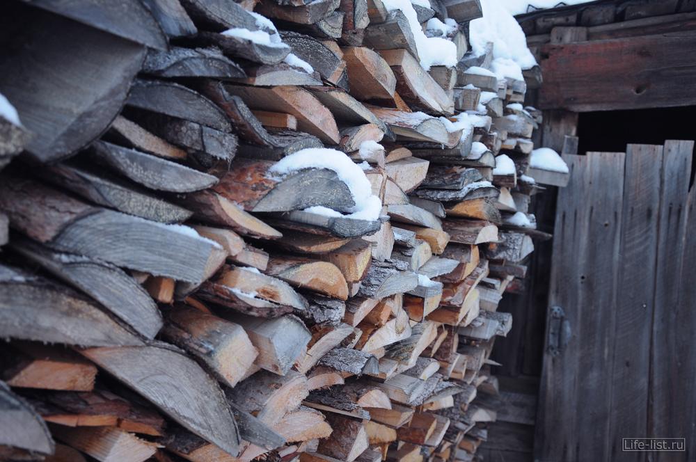 поленница дров деревня
