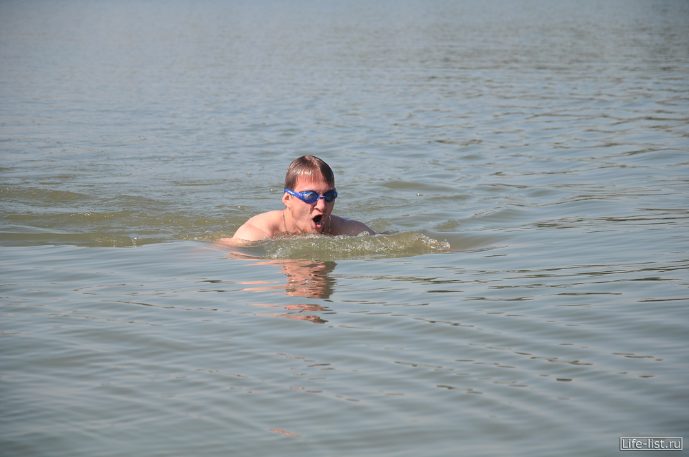 Виталий Караван плывет на озере Шарташ