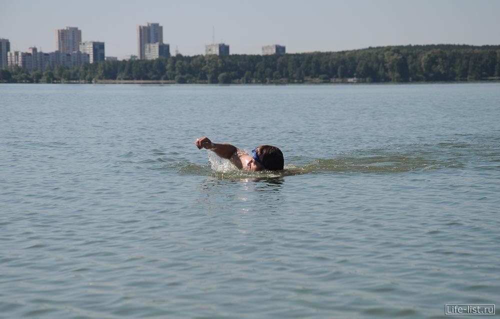 Виталий Караван переплывает озеро Шарташ