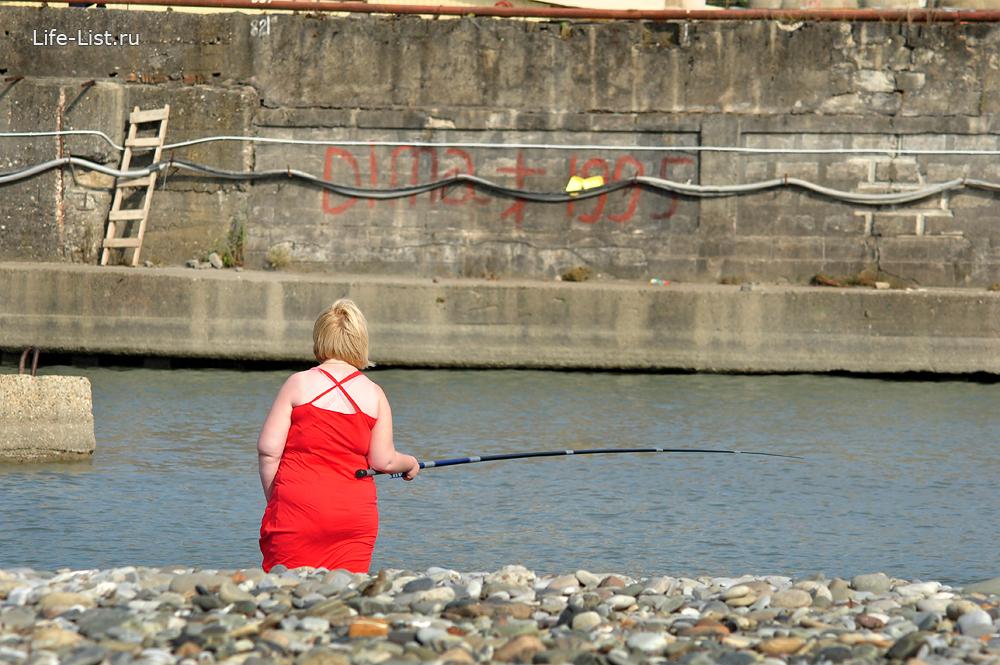 женщина рыбак на берегу реки сочи фото Виталий Караван