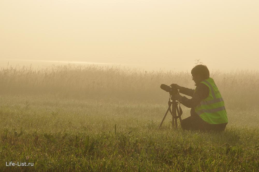 фотограф споттер в поле в аэропорту Кольцово