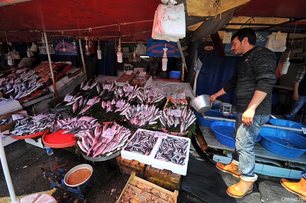 Продавец рыбы в Стамбуле