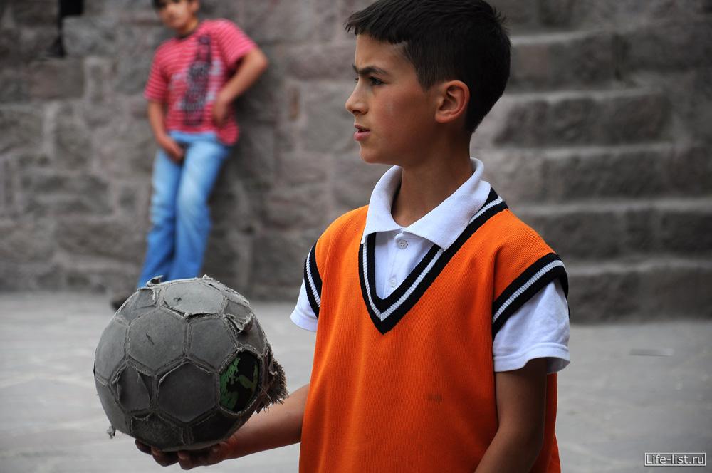 мальчик играет в футбол турция