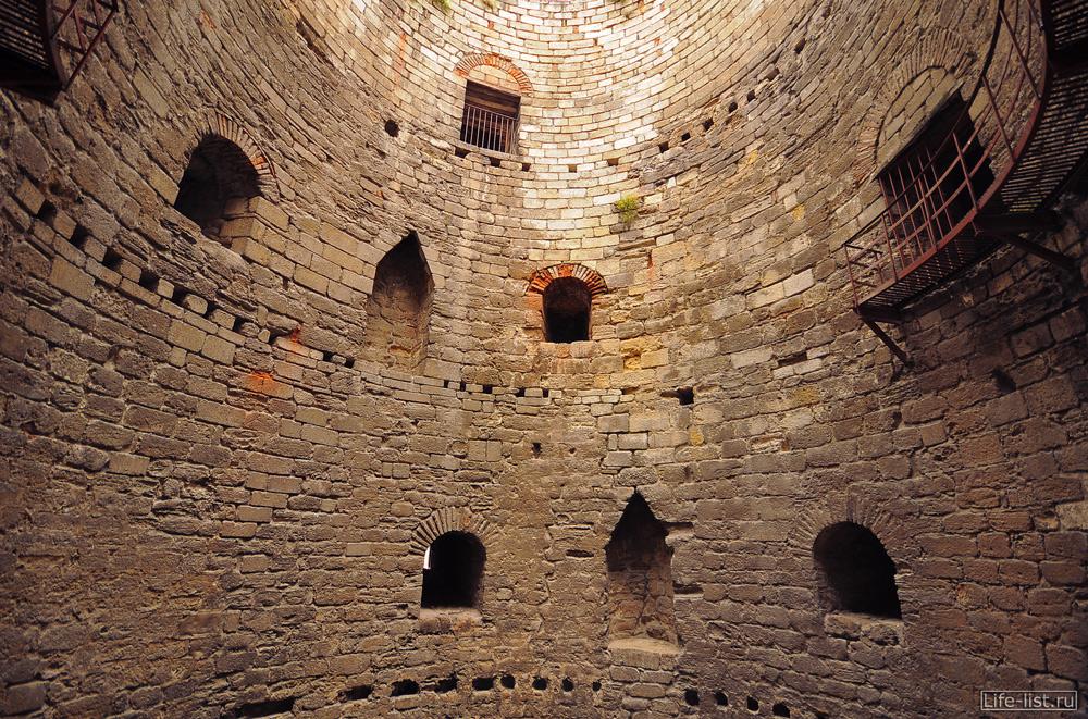 стены крепости из белых камней в стамбуле турция