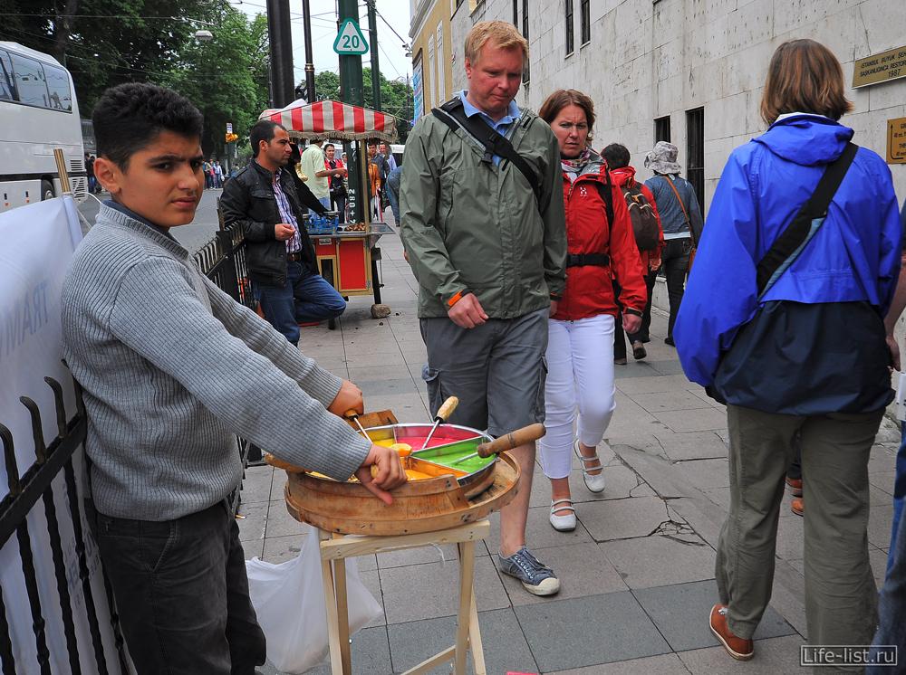 Продавец сладкой карамели в Стамбуле