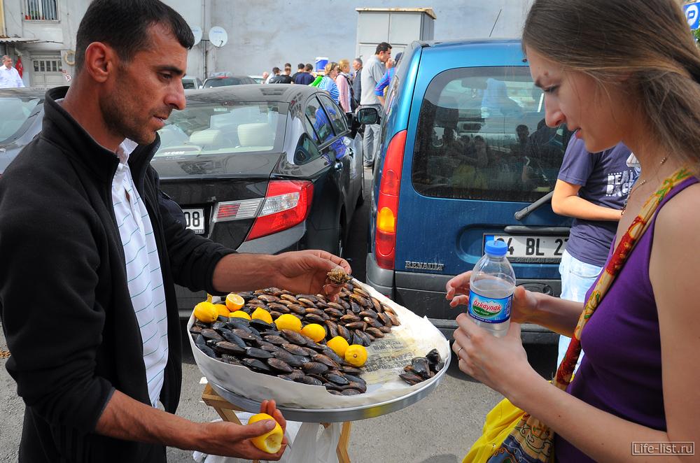 Продавец мидий в стамбуле Турция морепродукты