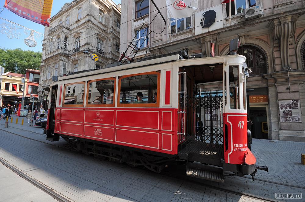 старый ретро трамвай на проспекте Независимости