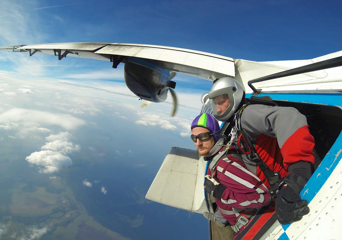 отделение от самолета в небе тандем-прыжок