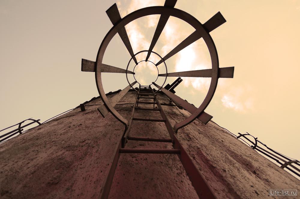 на вершине промышленной трубы Екатеринбург