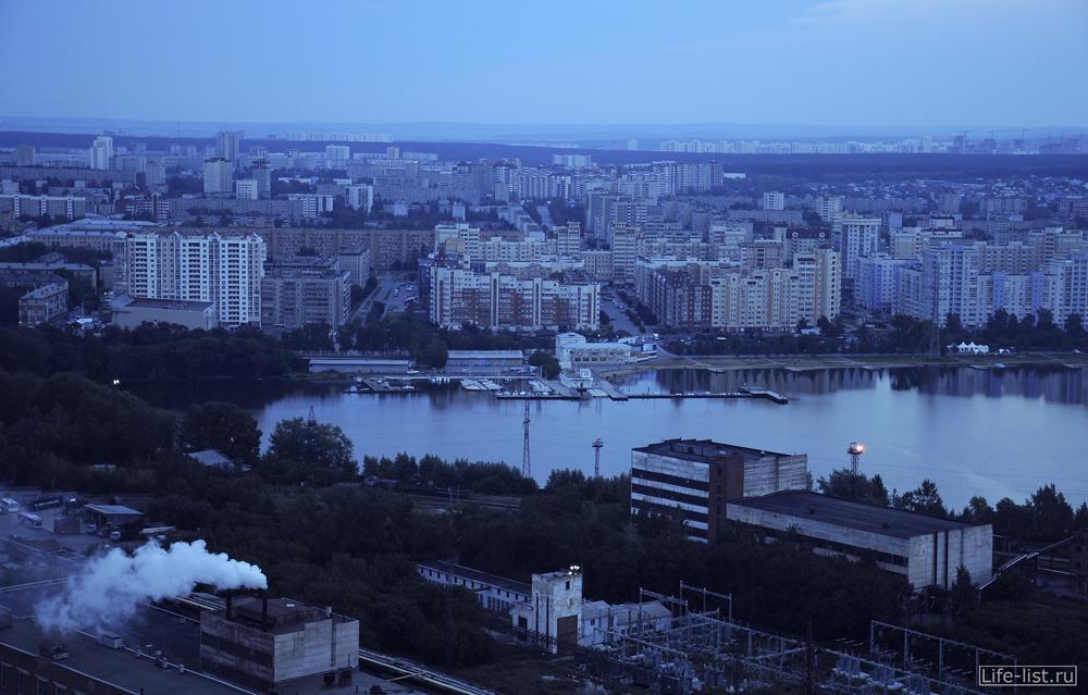вид на визовский пруд причалы яхт в Екатеринбурге